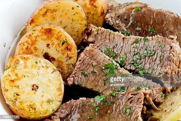 La cocina irlandesa, Corned carne de res, el repollo un patatas asadas