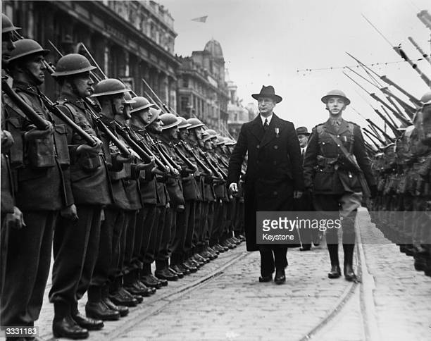 Irish leader of Sinn Fein and first Taoiseach of the Republic of Ireland Eamon de Valera inspecting troops outside the General Post Office in...