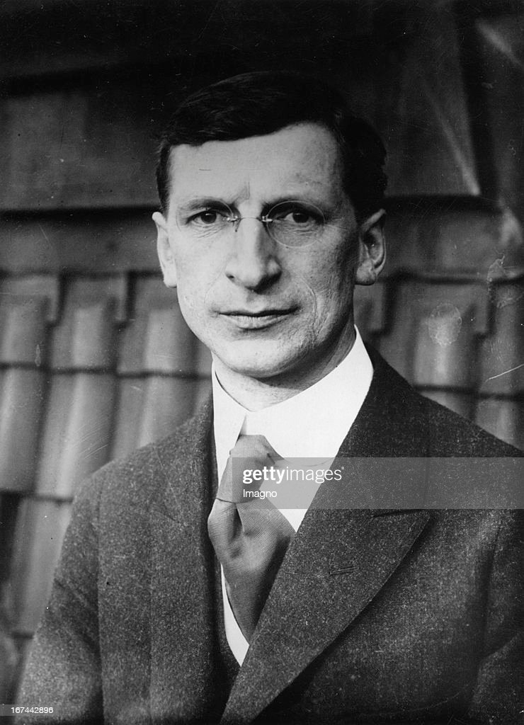 a biography of eamon de valera an irish politician Éamon de valera was born 14 october 1882 in new york to a cuban father and an irish mother, but returned to live with relatives in bruree, county limerick, as a.