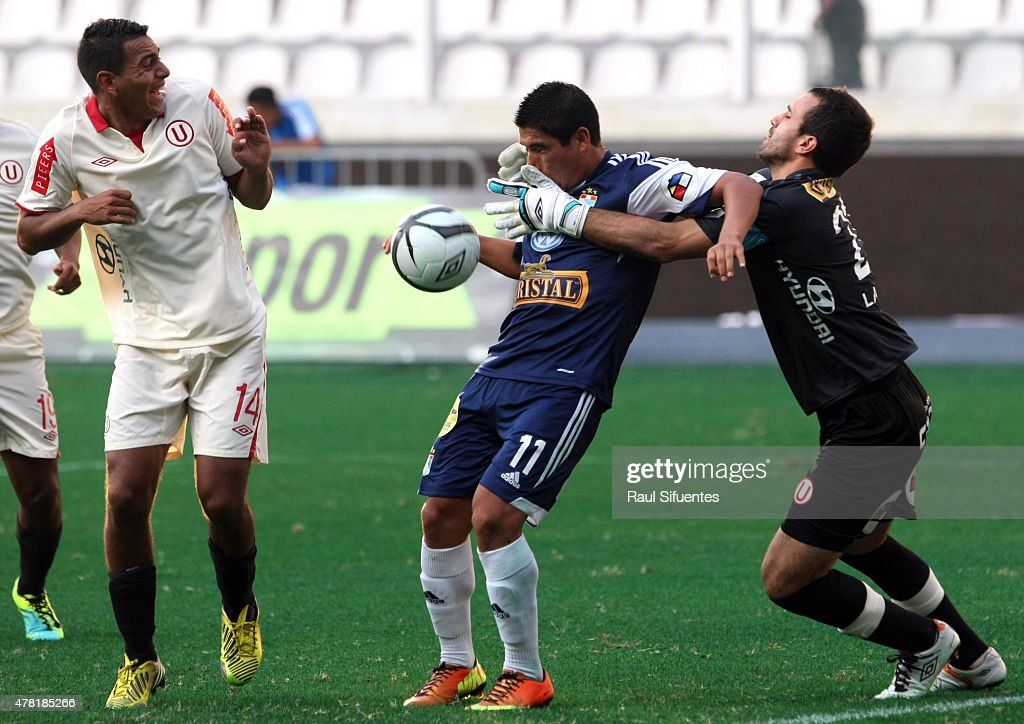 Irven Avila (L) of Sporting Cristal fights for the ball with Jose Carvallo (R) of Universitario during a match between Sporting Cristal and Universitario as part of the Torneo Descentralizado 2013 at the National Stadium on April 28, 2013 in Lima, Peru