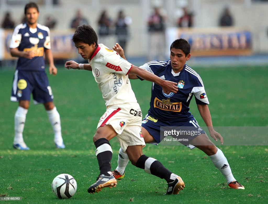 Irven Avila (R) of Sporting Cristal fights for the ball with Mauricio Lopez (L) of Universitario during a match between Sporting Cristal and Universitario as part of the Torneo Descentralizado 2013 at the National Stadium on April 28, 2013 in Lima, Peru