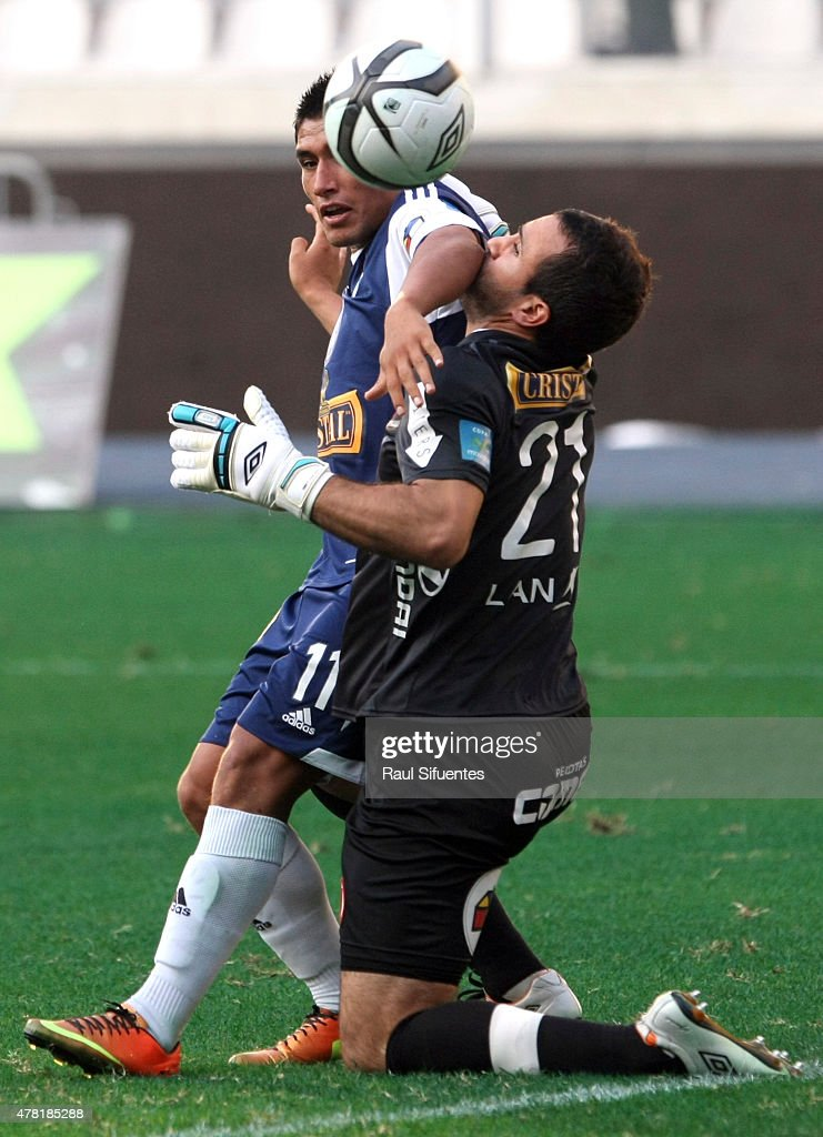 Irven Avila (L) of Sporting Cristal fights for the ball with Rainer Torres (R) of Universitario during a match between Sporting Cristal and Universitario as part of the Torneo Descentralizado 2013 at the National Stadium on April 28, 2013 in Lima, Peru