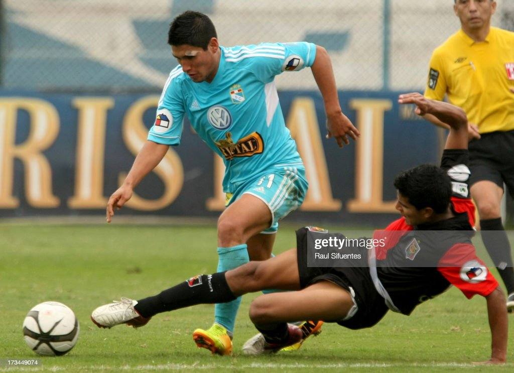 Irvin Avila (L) of Sporting Cristal fights for the ball with Giovany Morales (R) of Melgar FC during a match between Sporting Cristal and Melgar FC as part of the Torneo Descentralizado 2013 at Alberto Gallardo Stadium on July 14, 2013 in Lima, Peru.