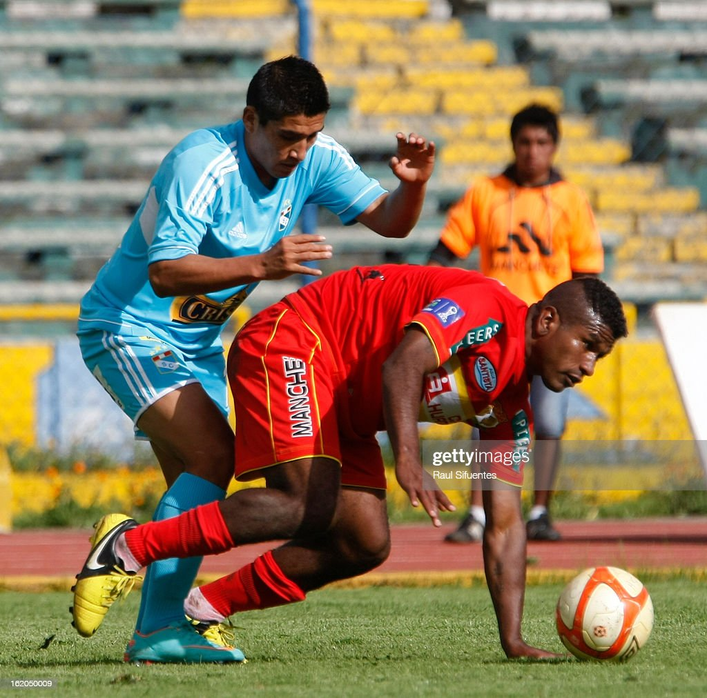 Irvin Avila of Sporting Cristal fights for the ball with Jose Mendoza of Sport Huancayo during a match between Sport Huancayo and Sporting Cristal as part of The Torneo Descentralizado 2013 at the Huancayo Stadium on February 18, 2013 in Huancayo, Peru