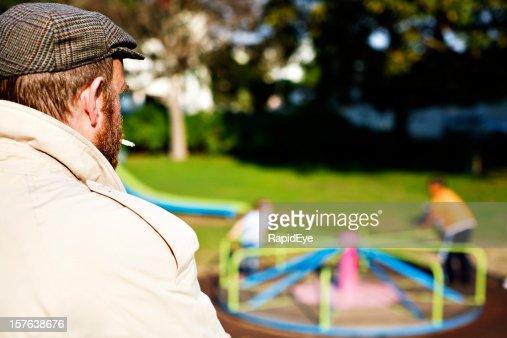 これは、pedophile か? 男性のお子様プレイグラウンドの公園の眺め