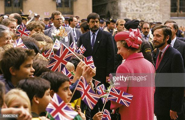 Isabel II Queen of England visits Madrid `Queen Elisabeth II greets to a group of children that wave British flags with her the mayor of Madrid Juan...