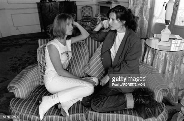 Isabelle Huppert et sa soeur la realisatrice Elisabeth Huppert se retrouvent au Festival de Cannes Isabelle Huppert y presente le film de Michael...