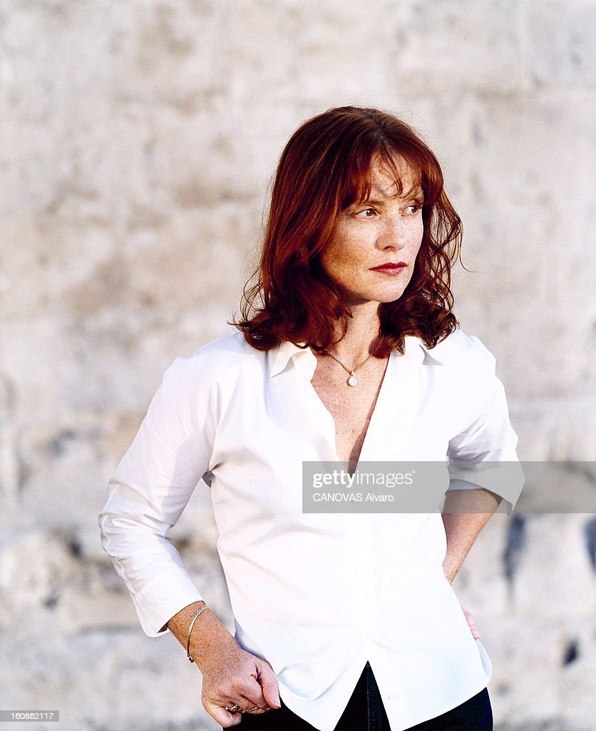 <a gi-track='captionPersonalityLinkClicked' href=/galleries/search?phrase=Isabelle+Huppert&family=editorial&specificpeople=662796 ng-click='$event.stopPropagation()'>Isabelle Huppert</a> On Holiday In Syracuse. Attitude de trois-quarts d'Isabelle HUPPERT souriante, en chemisier blanc, déambulant dans une ruelle de la vieille ville de Syracuse, en Sicile.