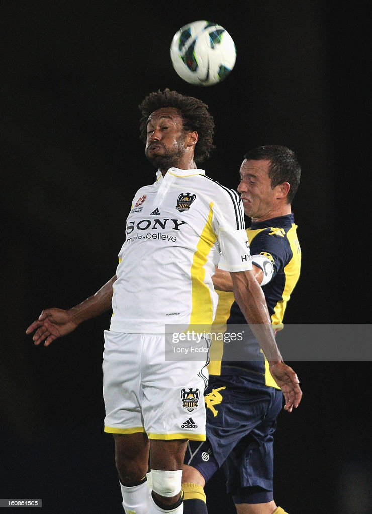 Isaka Cernak of the Phoenix contests a header with John Hutchinson of the Mariners during the round 20 A-League match between the Central Coast Mariners and the Wellington Phoenix at Bluetongue Stadium on February 7, 2013 in Gosford, Australia.