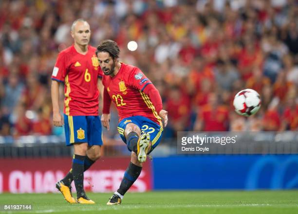 Isco Alarcon of Spain scores his team's opening goal goal from a free kick during the FIFA 2018 World Cup Qualifier between Spain and Italy at...