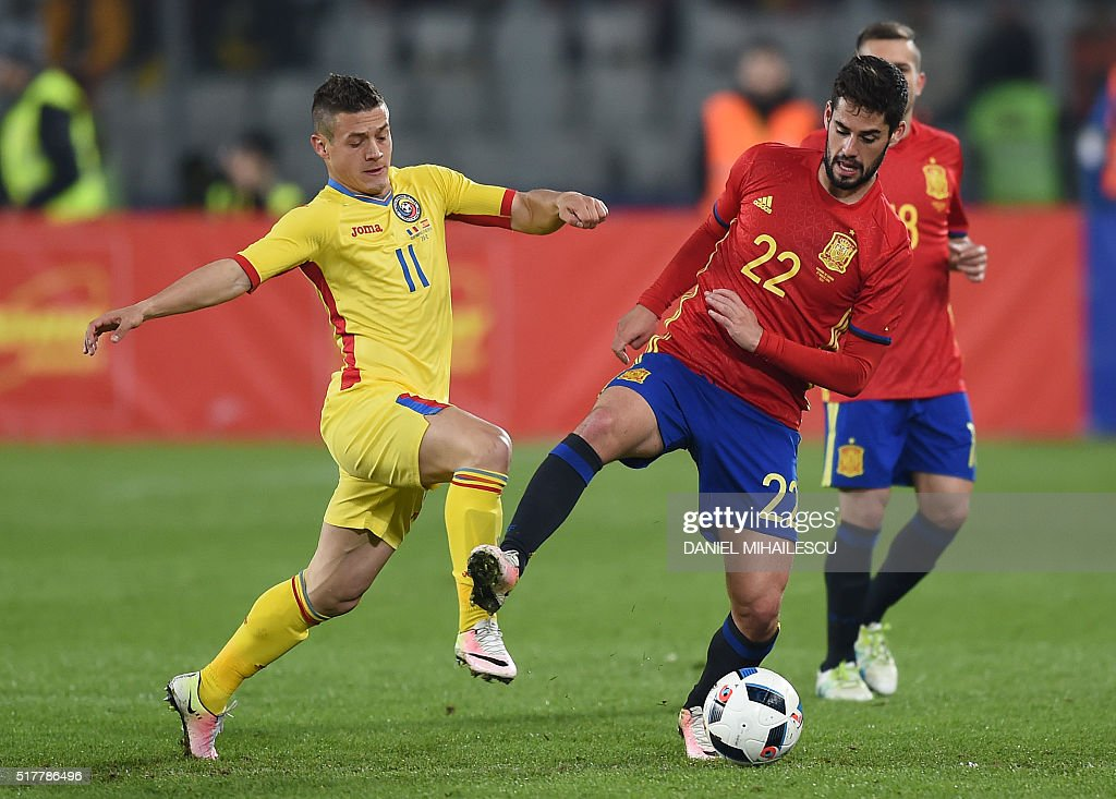 Isco Alarcon (R) of Spain vies for the ball with Gabriel Andrei Torje (L) of Romania during the friendly football match between Romania and Spain in Cluj Napoca, Romania on March 27, 2016. / AFP / DANIEL