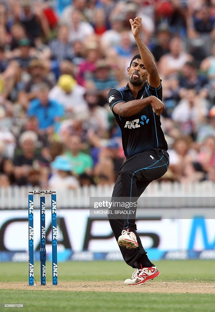 Ish Sodhi of New Zealand bowls during the third one-day international cricket match between New Zealand and Australia at Seddon Park in Hamilton on February 8, 2016.   AFP PHOTO / MICHAEL BRADLEY / AFP / MICHAEL BRADLEY