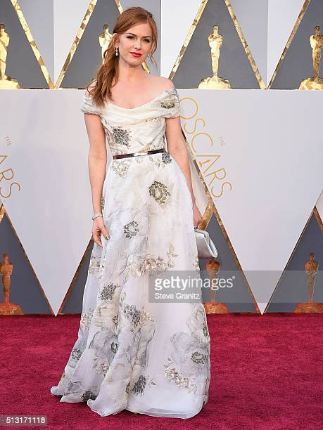 Isla Fisher arrives at the 88th Annual Academy Awards at Hollywood Highland Center on February 28 2016 in Hollywood California