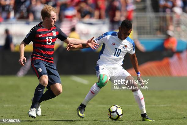 Ismael Diaz of Panama competes with Dax McCarty of the United States during the 2017 CONCACAF Gold Cup Group B match between the United States and...