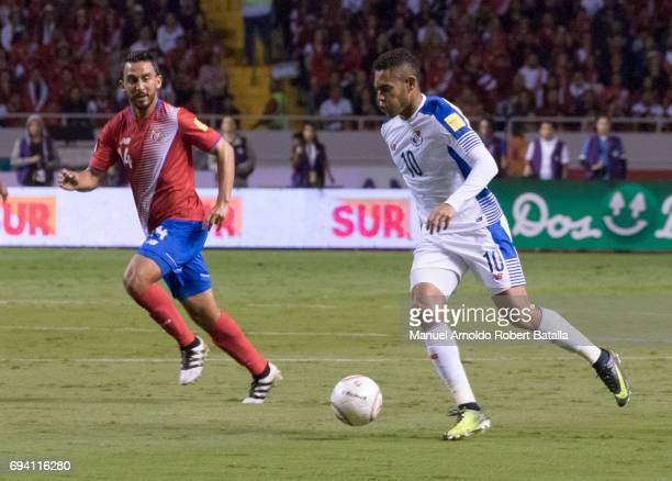 Ismael Diaz of Panama drives the ball during the match between Costa Rica and Panama as part of the FIFA 2018 World Cup Qualifiers at Estadio...