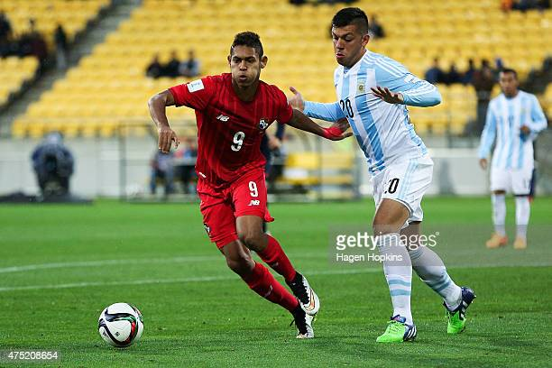 Ismael Diaz of Panama holds off the challenge of Facundo Monteseirin of Argentina during the Group B FIFA U20 World Cup New Zealand 2015 match...