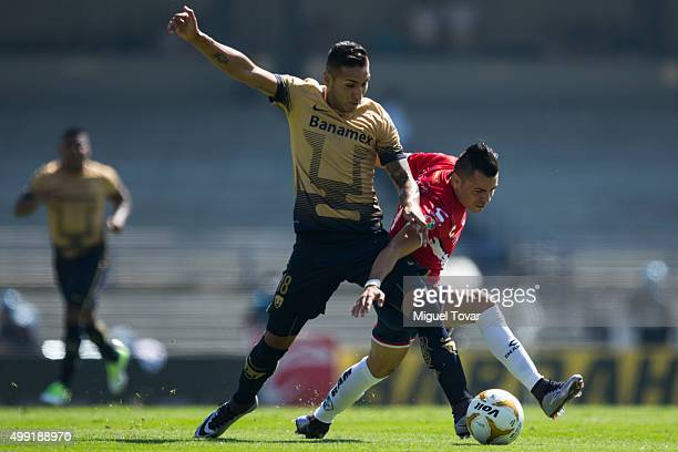 Ismael Sosa of Pumas fights for the ball with Julio Furch of Veracruz during the quarterfinals second leg match between Pumas UNAM and Veracruz as...