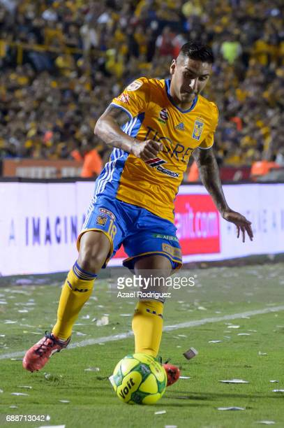 Ismael Sosa of Tigres drives the ball during the Final first leg match between Tigres UANL and Chivas as part of the Torneo Clausura 2017 Liga MX at...