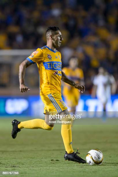 Ismael Sosa of Tigres drives the ball during the semifinal second leg match between Tigres UANL and America as part of the Torneo Apertura 2017 Liga...