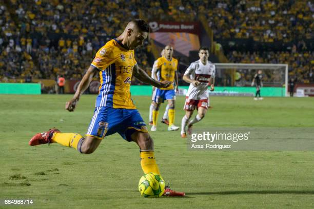 Ismael Sosa of Tigres kicks the ball during the semi finals first leg match between Tigres UANL and Tijuana as part of the Torneo Clausura 2017 Liga...