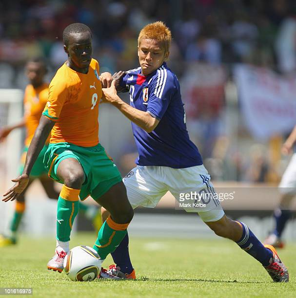 Ismael Tiote of Ivory Coast and Junichi Inamoto of Japan compete for the ball during the Japan v Ivory Coast International Friendly match at Stade de...