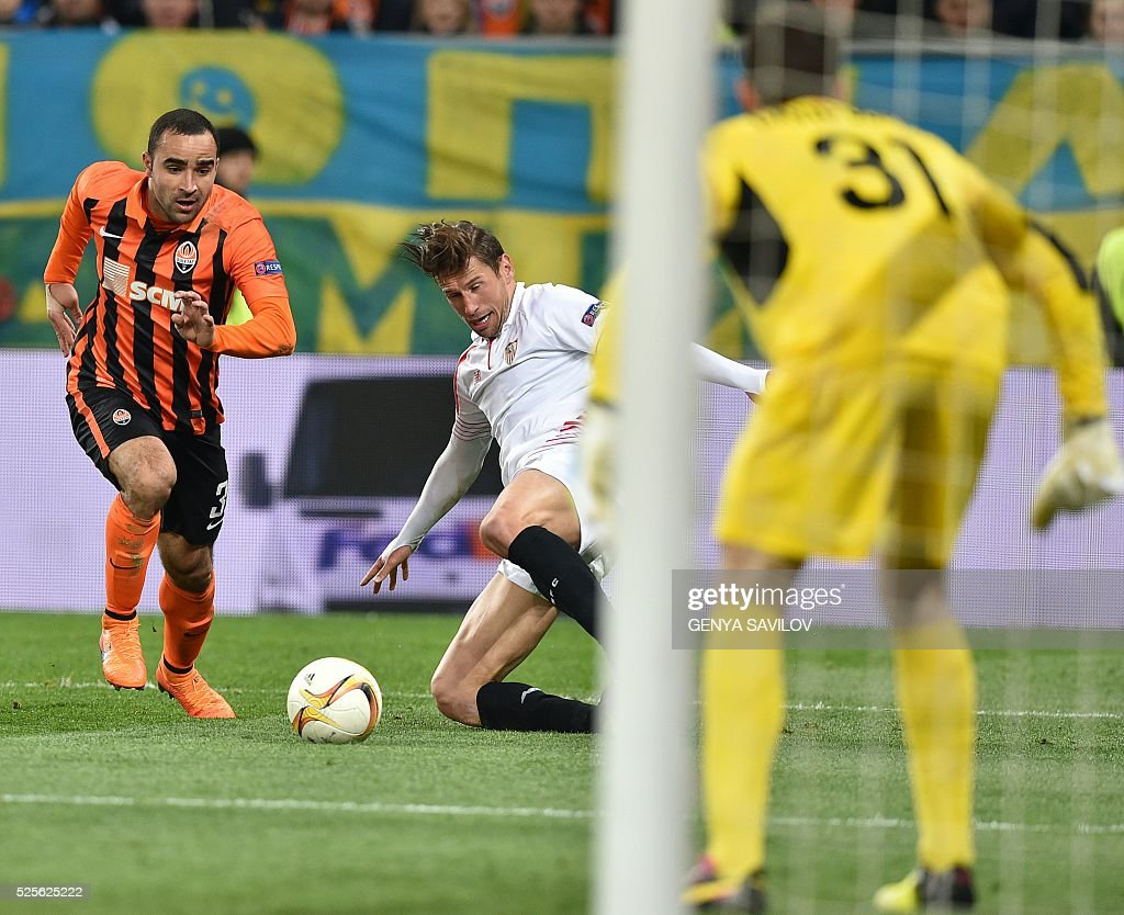Ismaily (L) of FC Shakhtar vies for a ball with Grzegorz Krychowiak (R) of Sevilla FC during the UEFA Europa League semi-final football match FC Shakhtar Donetsk vs Sevilla FC at the Arena Lviv stadium in Lviv on April 28, 2016. / AFP / GENYA