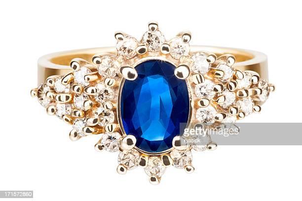 絶縁型のクローズアップのゴールドリング、サファイア、ダイヤモンド