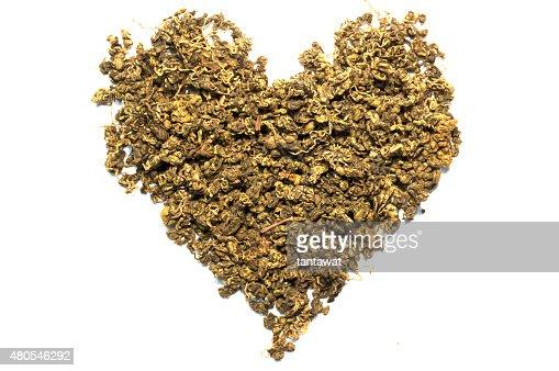 Isolado de folhas de chá seco, em forma de coração : Foto de stock