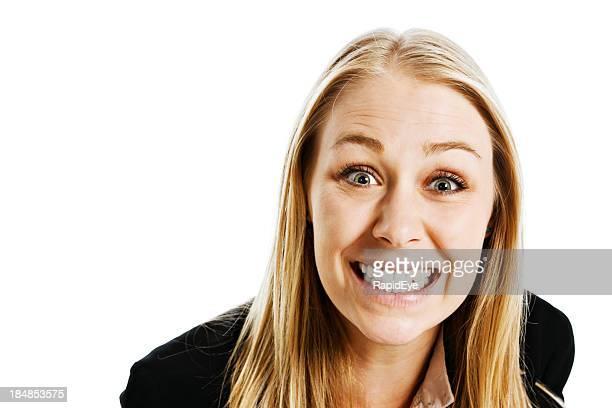 , isoliert auf weiss, hübsche junge blonde bietet Offenes Lächeln