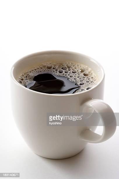 Isolato colpo di una tazza di caffè su sfondo bianco