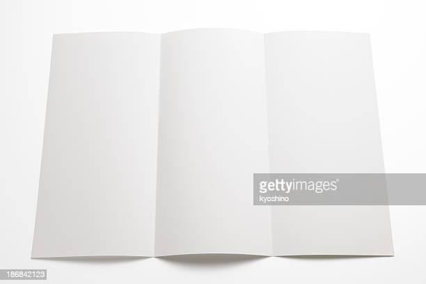 Isolé photo de brochure avec enveloppe vide sur fond blanc