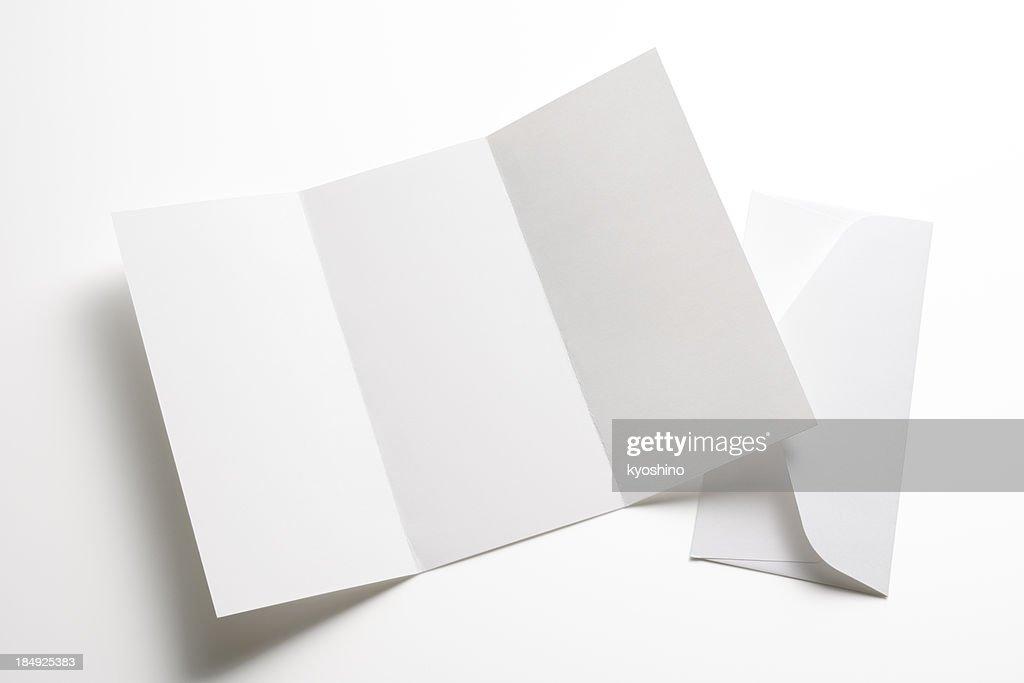 Isolato colpo di vuoto opuscolo con busta su sfondo bianco : Foto stock