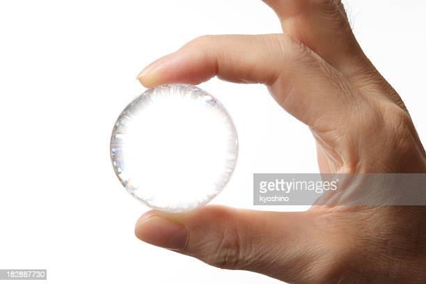 絶縁ショットを押しながら、ガラス製のボールの白い背景