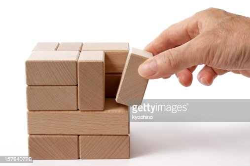 Isolé vue de tenant un bloc de bois sur fond blanc