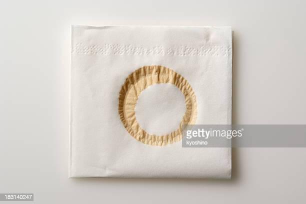 Isolé vue de serviette de table avec des taches de café sur fond blanc