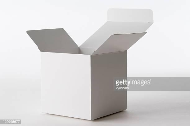 Isolierte Schuss von eröffnete leere cube box auf weißem Hintergrund