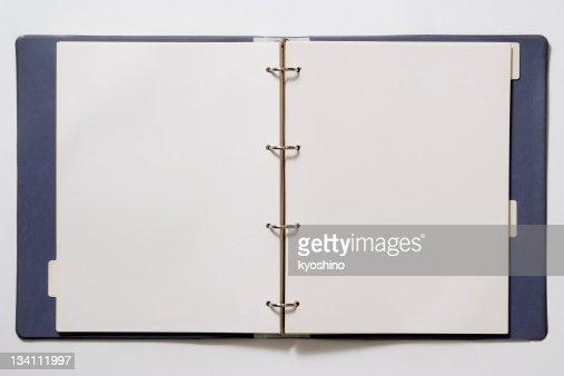 Imagen de blanco aislado sobre fondo blanco carpeta de anillas