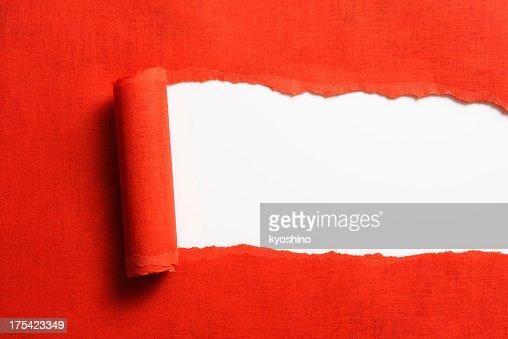 Torn の赤い紙の背景に白色