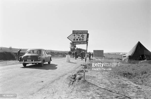 Israel After The Suez Canal War Le 2 janvier 1957 après la guerre du Canal de Suez une voiture à l'arrêt au poste frontière de Erez