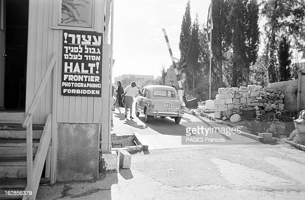 Israel After The Suez Canal War Le 2 janvier 1957 après la guerre du Canal de Suez dans une ville non identifiée une voiture à l'arrêt au passage...