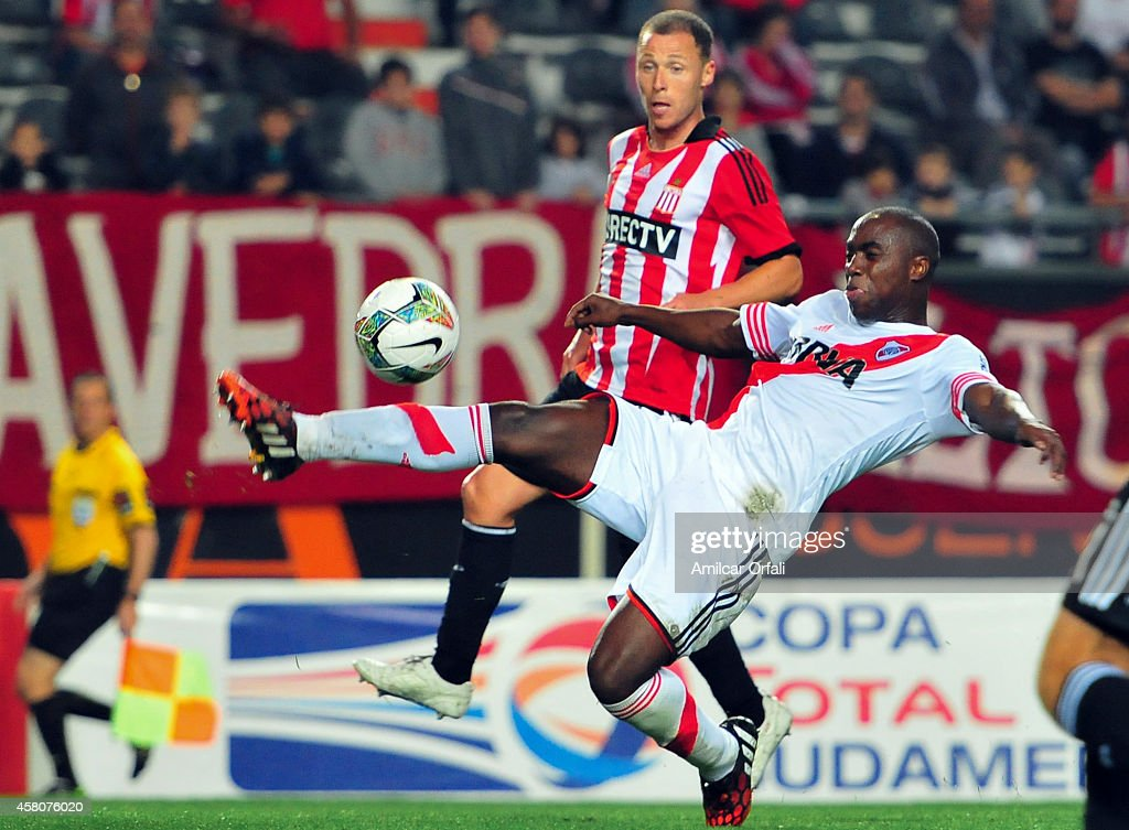 Israel Damonte of Estudiantes tries to defend a shot of Eder Alvarez Balanta of River Plate during a first leg match between Estudiantes and River Plate as part of quarter finals of Copa Total Sudamericana 2014 at Ciudad de La Plata Stadium on October 29, 2014 in La Plata, Argentina.