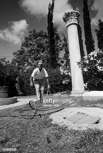 Israel in July 1967 Moshe Dayan in his garden his house has Zahala in the suburbs of Tel Aviv opening the valve that feeds a hose to water his...