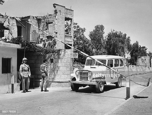 Israel Jerusalem Check Point MandelbaumTor in der Jerusalemer Neustadt Grenze zwischen Israel und Jordanien ein jordanischer Grenzpolizist öffnet die...
