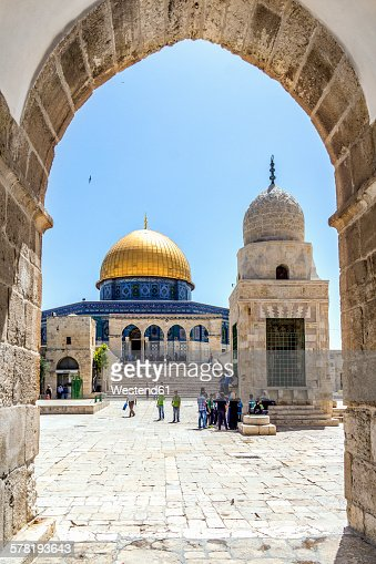Israel, Jerusalem, view through arch to Dome of the Rock at temple mount