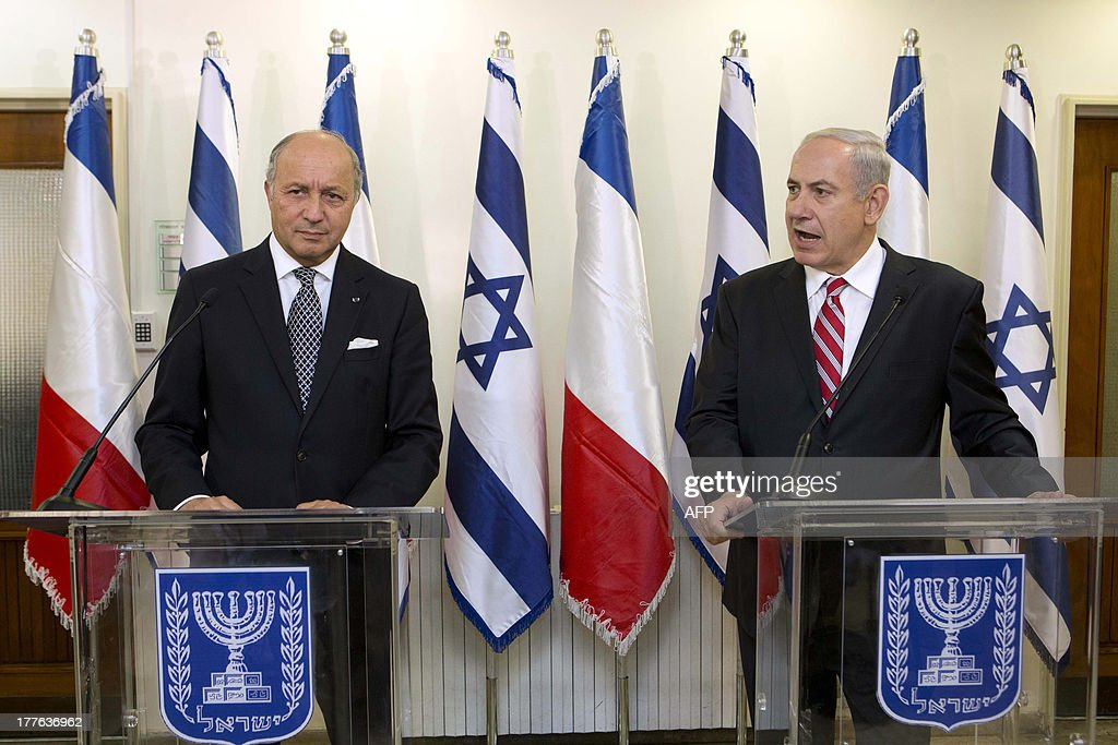 Israel Prime Minister Benjamin Netanyahu (R) speaks alongside French Foreign Minister Laurent Fabius (L) during a press conference at the prime minister office in Jerusalem on August 25, 2013.