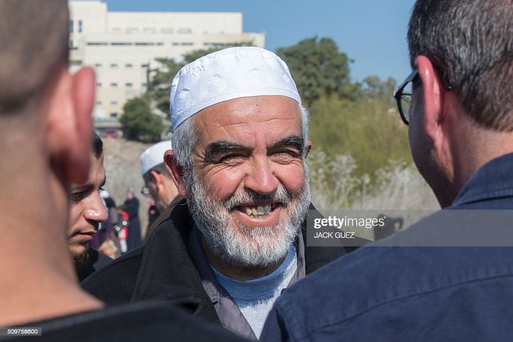 Israeli Arabs and Sheikh Raed Salah (C), the leader of the radical northern wing of the Islamic Movement in Israel, attend a prayer in support for the release of Mohammed al-Qiq, a Palestinian prisoner on hunger strike, outside the hospital where he is being treated in the northern Israeli town of Afula on February 12, 2016. Ailing Palestinian journalist Qiq will keep up his ten-week hunger strike despite Israel suspending a detention without trial order against him, his lawyer said. / AFP / JACK GUEZ
