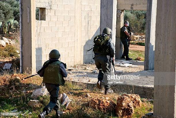 Israeli border police running for cover