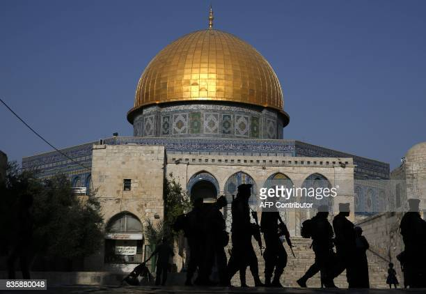 Israeli border policeman walk outside the Dome of the Rock in the AlAqsa mosque compound in the old city of Jerusalem on August 20 2017 / AFP PHOTO /...