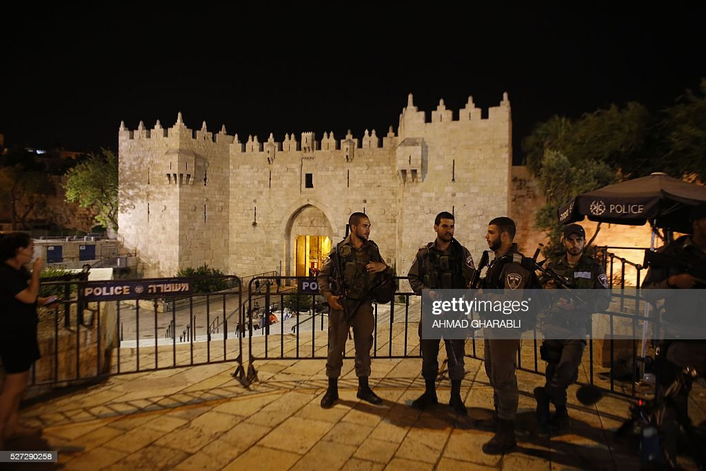 Israeli border policemen stand guard outside at Damascus Gate, a main entrance to Jerusalem's Old City, late on May 2, 2016, following a stabbing attack. / AFP / AHMAD
