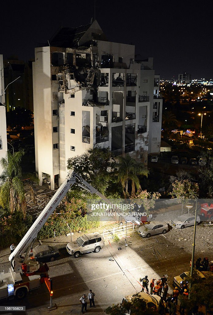 Israeli emergency services and policemen inspect a destroyed house that was hit by a rocket, fired from Gaza, in the city of Rishon Letzion, near Tel Aviv, on November 20, 2012. Israeli Prime Minister Benjamin Netanyahu told Gaza's Hamas leaders to choose between peace and 'the sword' as a diplomatic push intensified to end a week of violence in and around the strip. AFP PHOTO / JONATHAN NACKSTRAND
